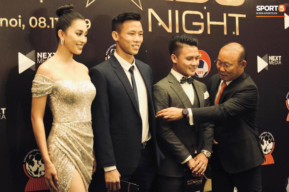 Quang Hải bẽn lẽn khi chụp ảnh cùng Hoa hậu Tiểu Vy tại buổi lễ AFF Awards 2019 - Ảnh 5.