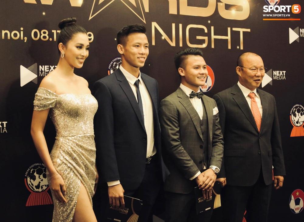 Quang Hải bẽn lẽn khi chụp ảnh cùng Hoa hậu Tiểu Vy tại buổi lễ AFF Awards 2019 - Ảnh 4.
