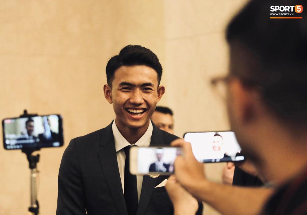 Quang Hải bẽn lẽn khi chụp ảnh cùng Hoa hậu Tiểu Vy tại buổi lễ AFF Awards 2019 - Ảnh 10.