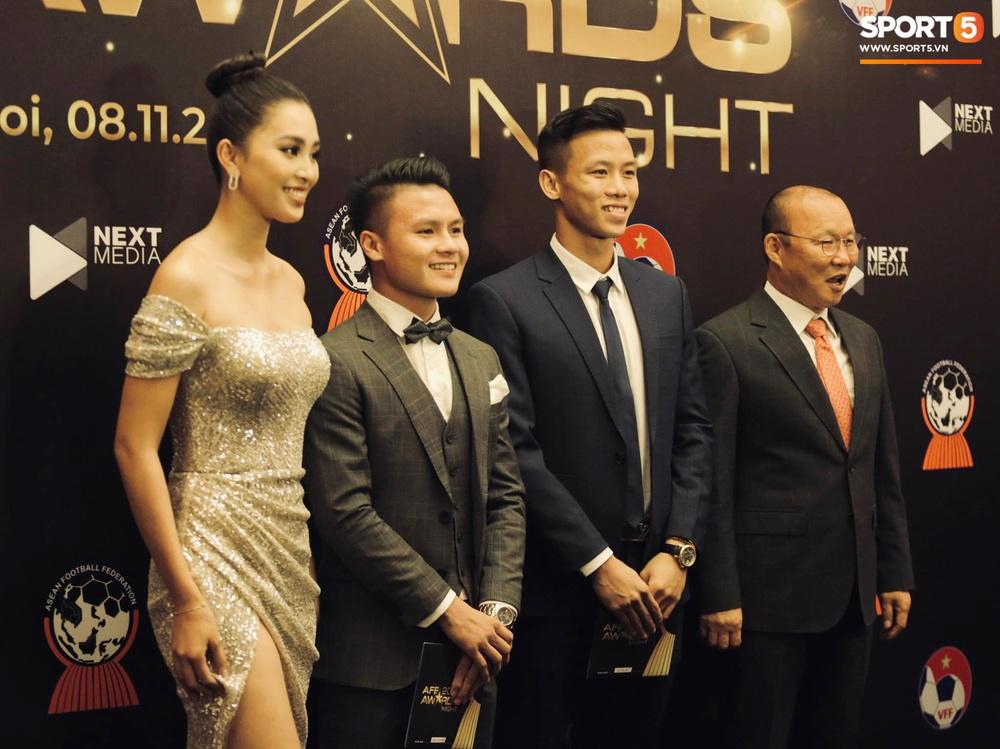 Quang Hải bẽn lẽn khi chụp ảnh cùng Hoa hậu Tiểu Vy tại buổi lễ AFF Awards 2019 - Ảnh 7.