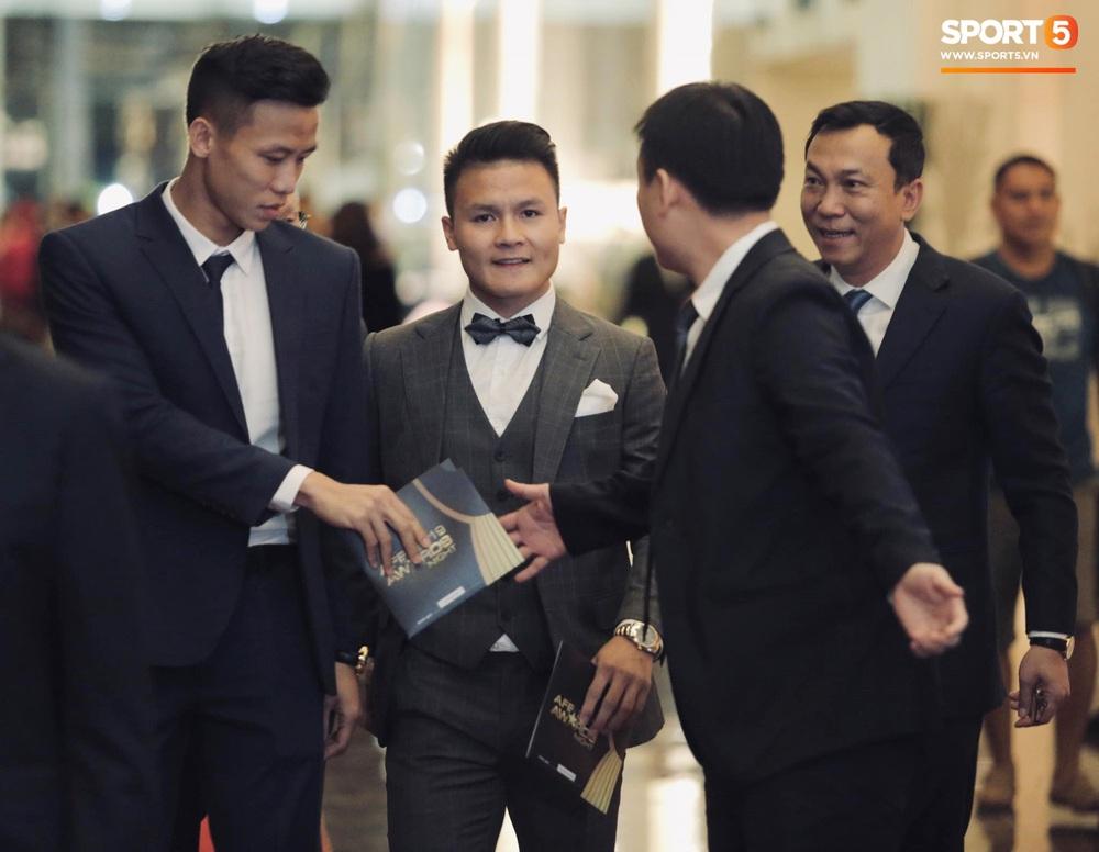 Quang Hải bẽn lẽn khi chụp ảnh cùng Hoa hậu Tiểu Vy tại buổi lễ AFF Awards 2019 - Ảnh 11.