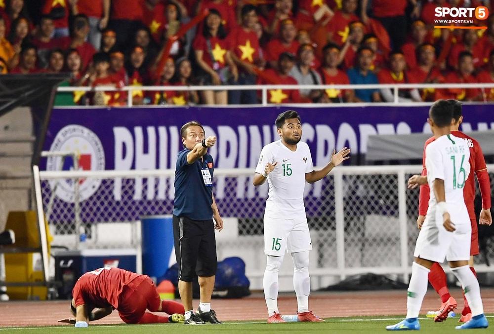 HLV Park Hang-seo và trợ lý phản ứng gay gắt với trọng tài sau tình huống U22 Việt Nam bị phạm lỗi đầy nguy hiểm - Ảnh 2.