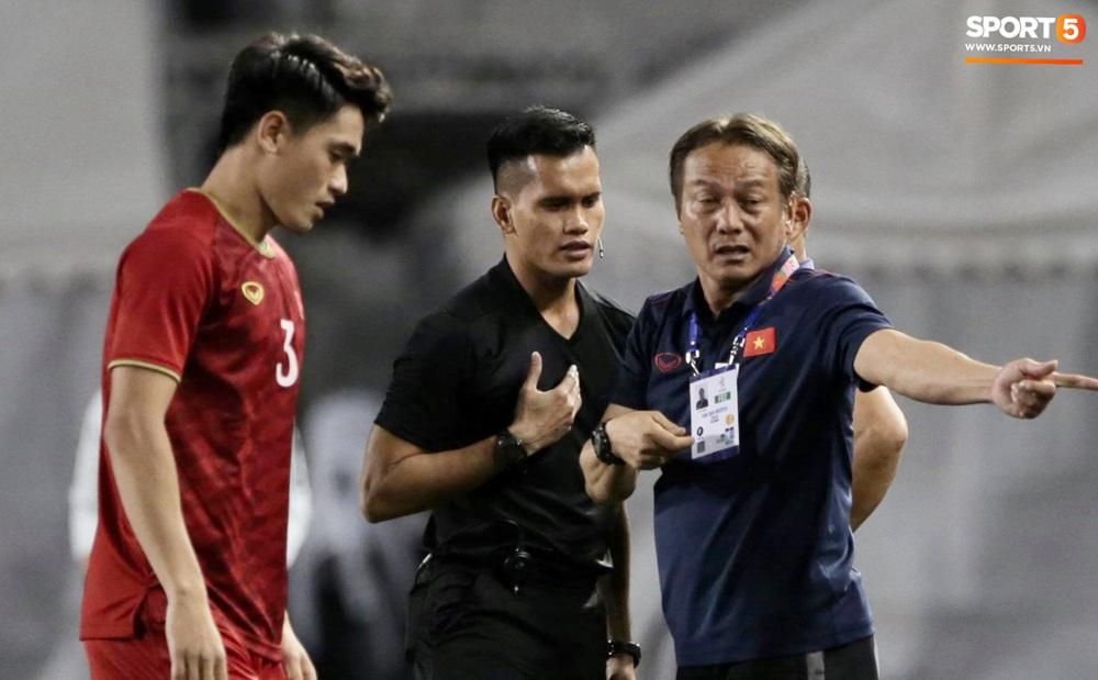 HLV Park Hang-seo và trợ lý phản ứng gay gắt với trọng tài sau tình huống U22 Việt Nam bị phạm lỗi đầy nguy hiểm - Ảnh 5.
