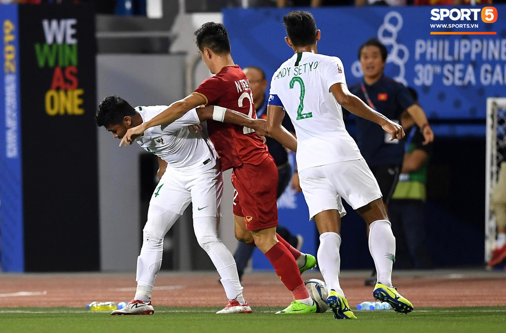 Tiến Linh xô xát rồi bị đội bạn vây kín, HLV Park Hang-seo lao ra bảo vệ học trò và hét lớn vào mặt cầu thủ U22 Indonesia - Ảnh 1.