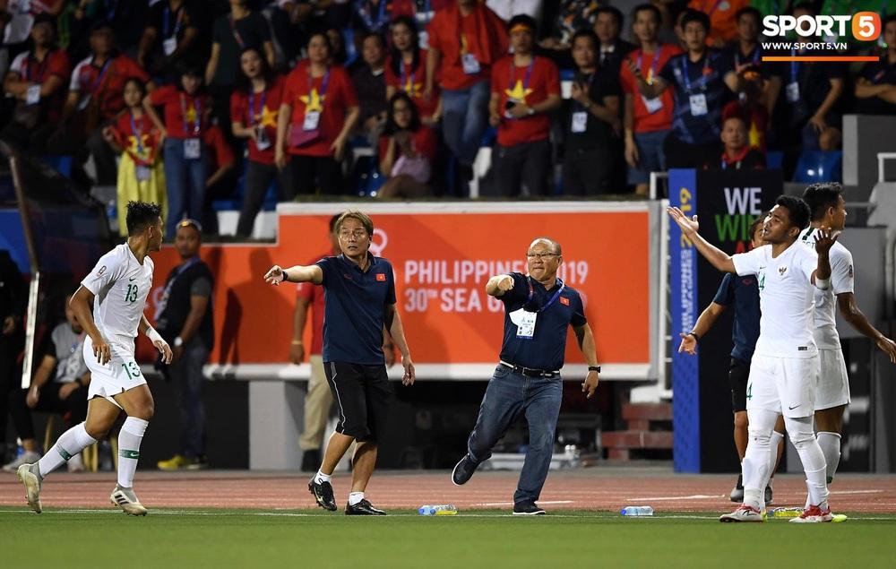Tiến Linh xô xát rồi bị đội bạn vây kín, HLV Park Hang-seo lao ra bảo vệ học trò và hét lớn vào mặt cầu thủ U22 Indonesia - Ảnh 4.