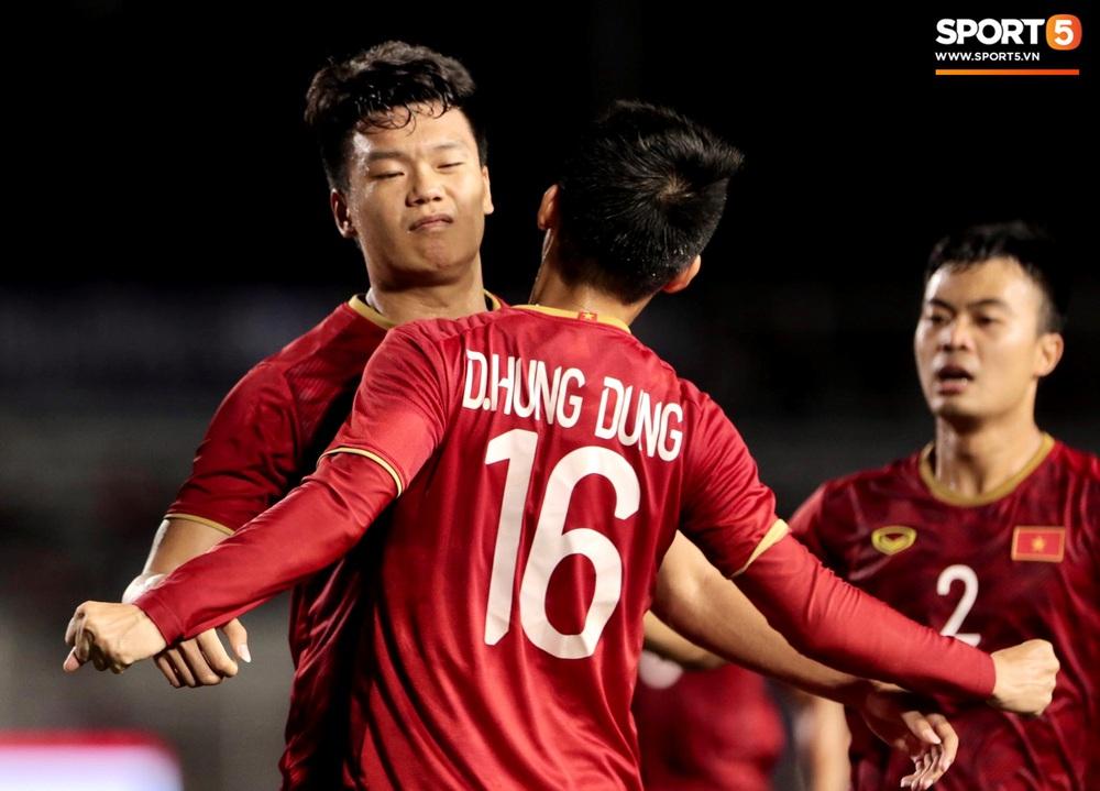 Tiến Linh xô xát rồi bị đội bạn vây kín, HLV Park Hang-seo lao ra bảo vệ học trò và hét lớn vào mặt cầu thủ U22 Indonesia - Ảnh 8.