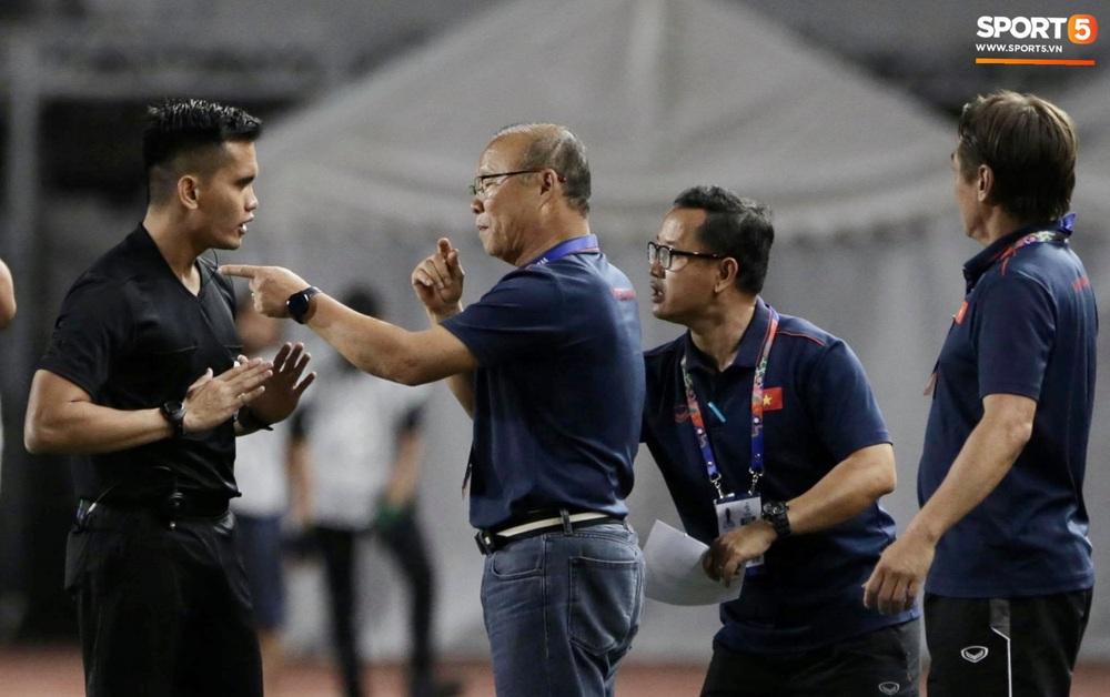 HLV Park Hang-seo và trợ lý phản ứng gay gắt với trọng tài sau tình huống U22 Việt Nam bị phạm lỗi đầy nguy hiểm - Ảnh 4.