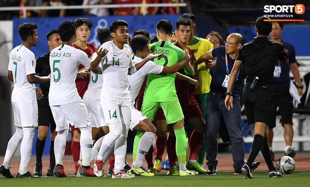 Tiến Linh xô xát rồi bị đội bạn vây kín, HLV Park Hang-seo lao ra bảo vệ học trò và hét lớn vào mặt cầu thủ U22 Indonesia - Ảnh 5.