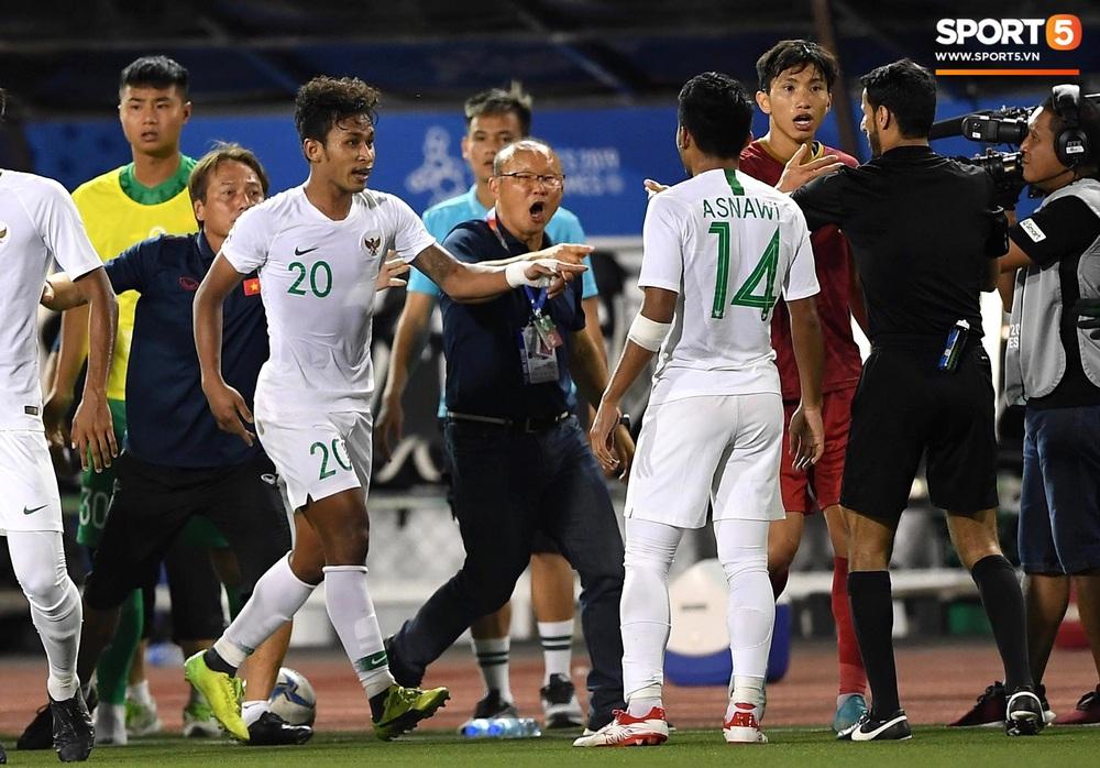 Tiến Linh xô xát rồi bị đội bạn vây kín, HLV Park Hang-seo lao ra bảo vệ học trò và hét lớn vào mặt cầu thủ U22 Indonesia - Ảnh 6.