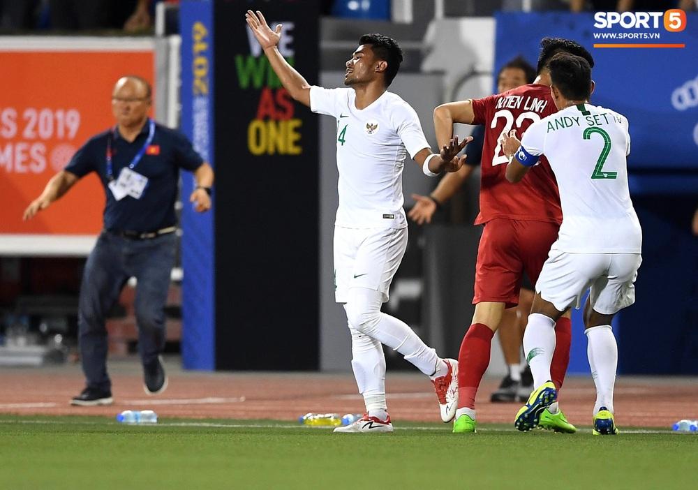 Tiến Linh xô xát rồi bị đội bạn vây kín, HLV Park Hang-seo lao ra bảo vệ học trò và hét lớn vào mặt cầu thủ U22 Indonesia - Ảnh 2.