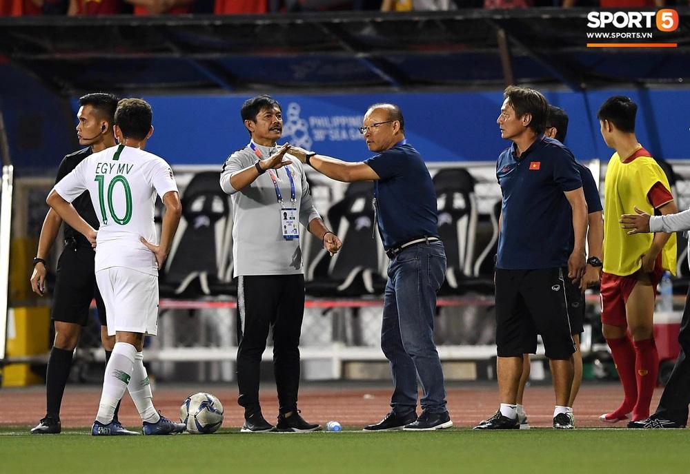 Tiến Linh xô xát rồi bị đội bạn vây kín, HLV Park Hang-seo lao ra bảo vệ học trò và hét lớn vào mặt cầu thủ U22 Indonesia - Ảnh 7.