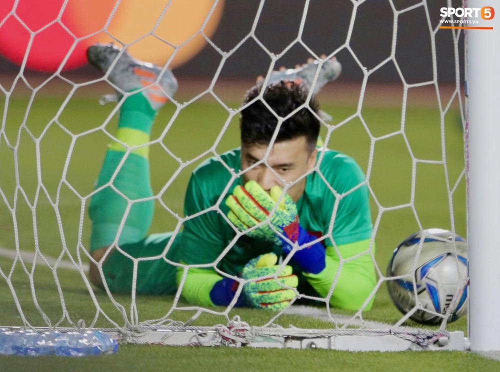 Bùi Tiến Dũng tập với bóng tennis, vẫn bị đồng đội trêu ghẹo trên sân tập sau sai lầm trước U22 Indonesia - Ảnh 8.