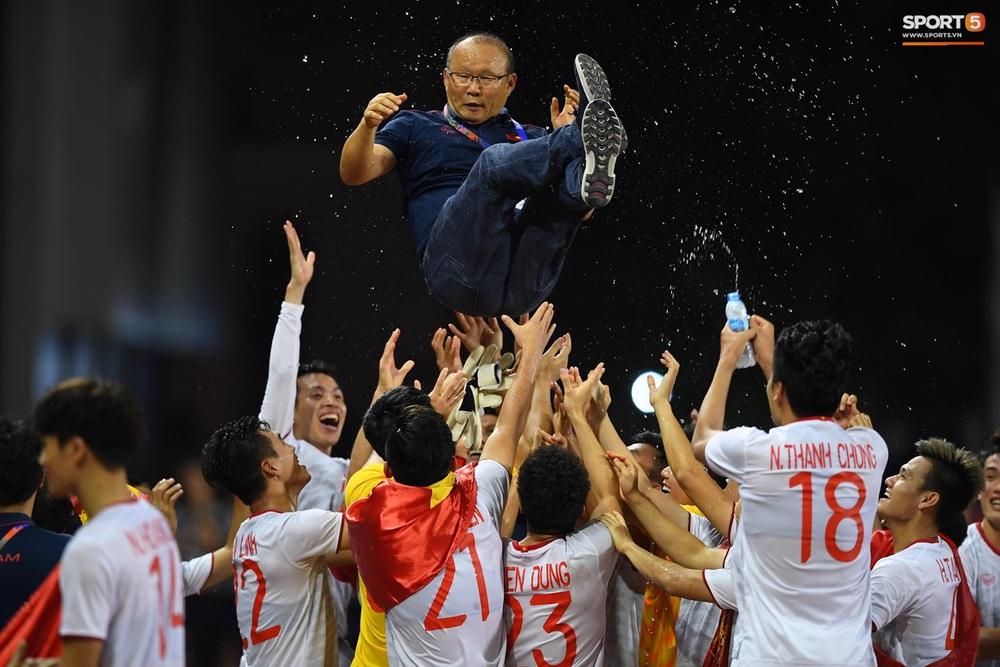 U22 Việt Nam ăn mừng cực cảm xúc khi vô địch SEA Games 30 - Ảnh 3.