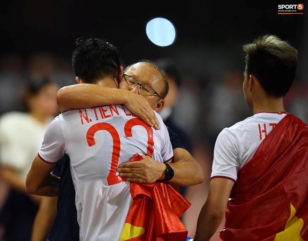 U22 Việt Nam ăn mừng cực cảm xúc khi vô địch SEA Games 30 - Ảnh 4.
