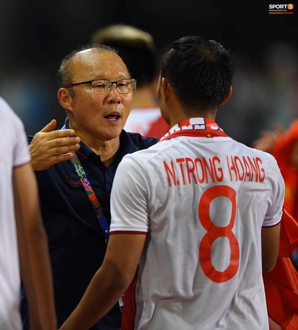 U22 Việt Nam ăn mừng cực cảm xúc khi vô địch SEA Games 30 - Ảnh 6.
