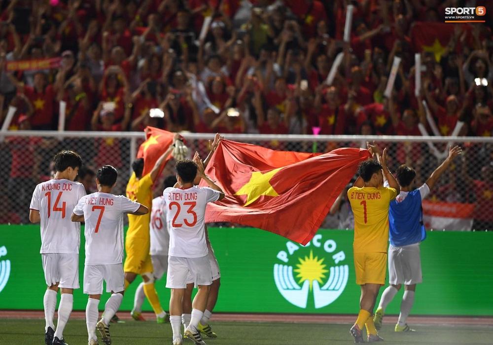U22 Việt Nam ăn mừng cực cảm xúc khi vô địch SEA Games 30 - Ảnh 8.