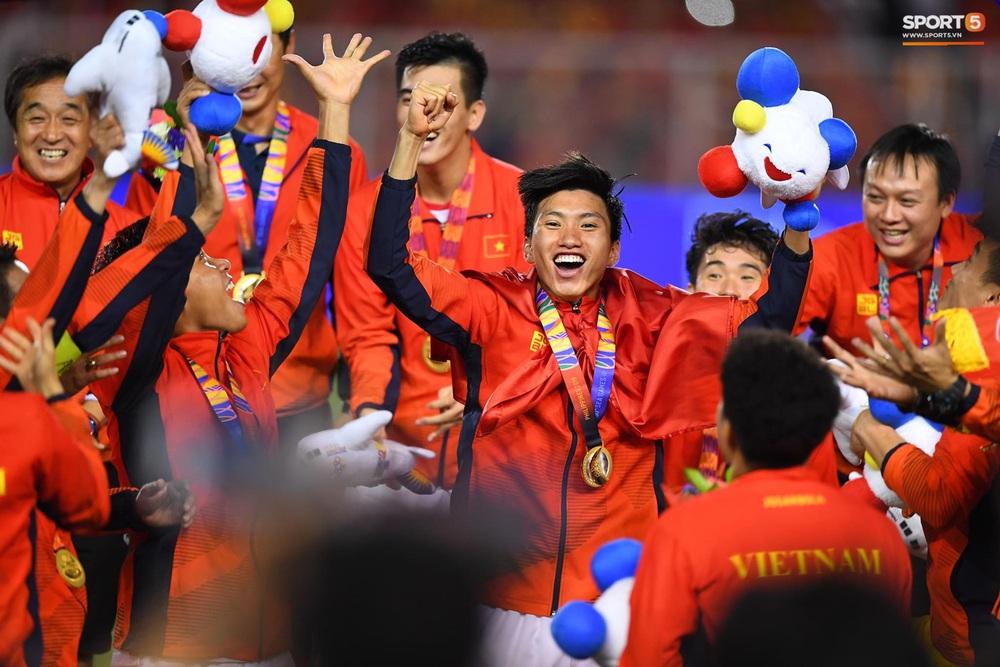 Khoảnh khắc lịch sử: Quốc ca Việt Nam lần đầu vang lên trên bục vinh quang môn bóng đá nam SEA Games - Ảnh 3.
