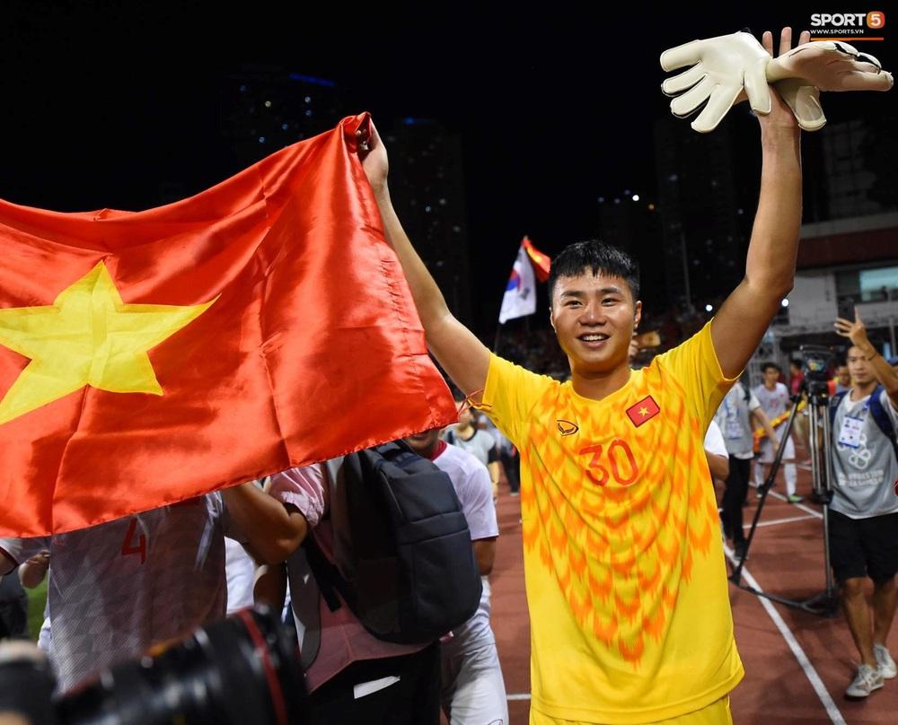 U22 Việt Nam ăn mừng cực cảm xúc khi vô địch SEA Games 30 - Ảnh 13.