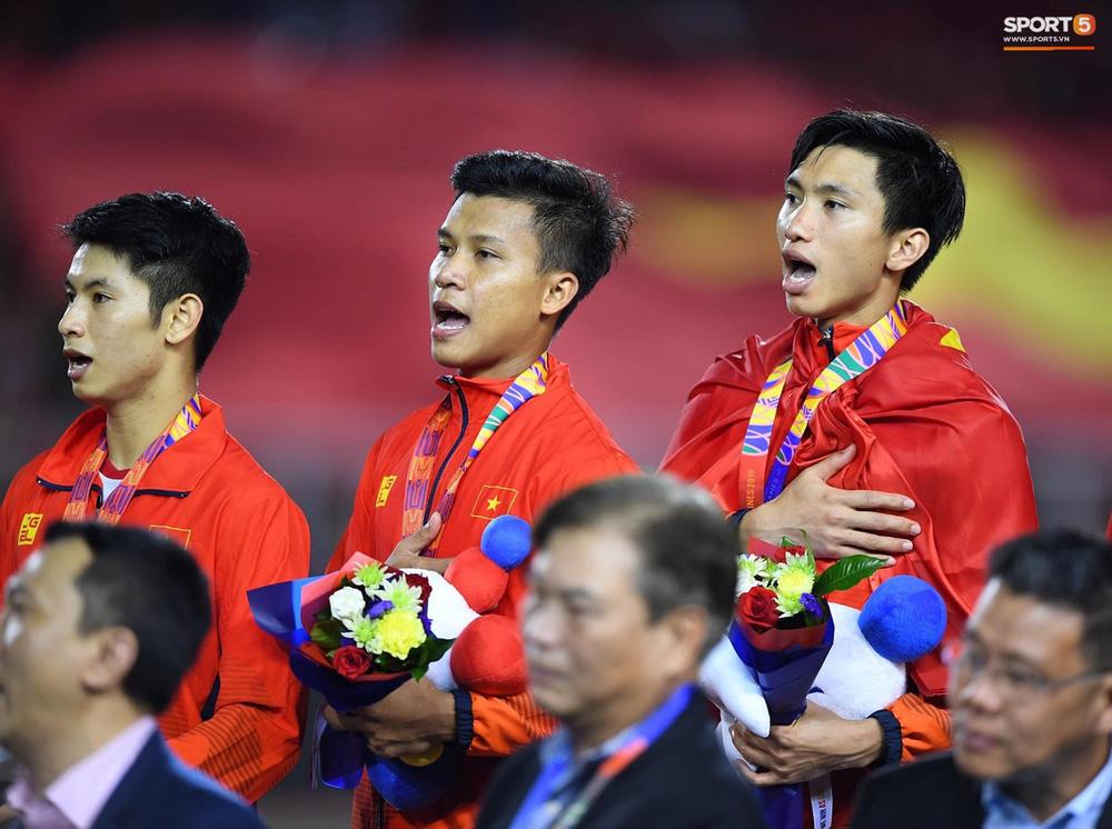 Khoảnh khắc lịch sử: Quốc ca Việt Nam lần đầu vang lên trên bục vinh quang môn bóng đá nam SEA Games - Ảnh 2.