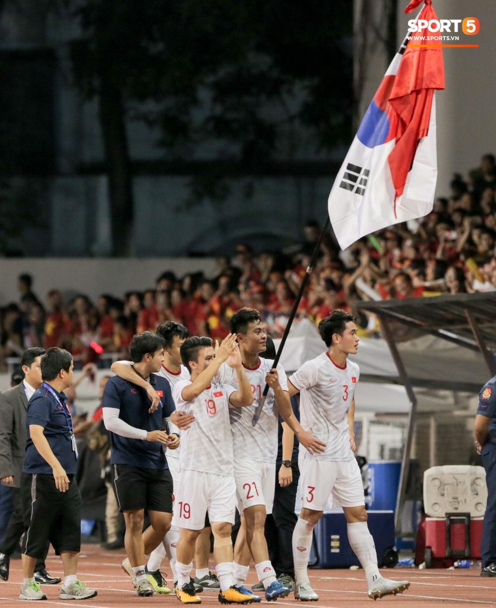 HLV Park Hang-seo gặp riêng Bùi Tiến Dũng, động viên sau lễ trao huy chương SEA Games 30 - Ảnh 8.