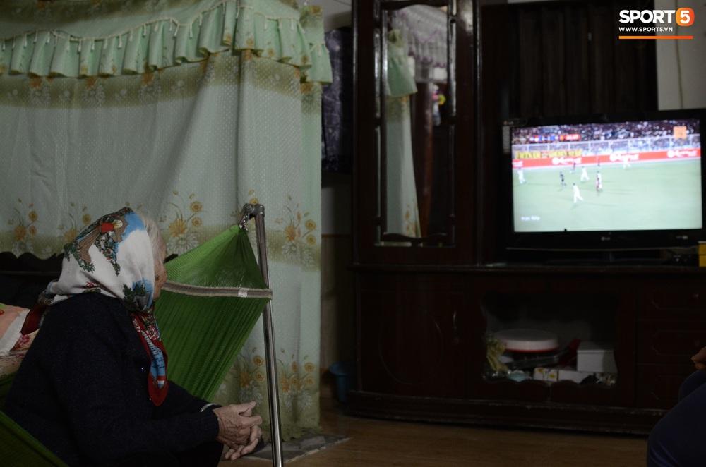 Xúc động hình ảnh bà nội thủ môn Văn Toản lặng lẽ một mình theo dõi cháu trai giành huy chương vàng SEA Games 30 - Ảnh 4.
