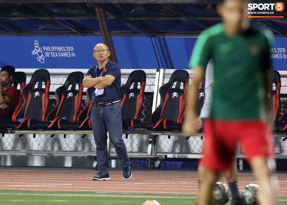 HLV Park Hang-seo cực thần thái khi Văn Hậu ghi bàn mở tỷ số ở trận chung kết SEA Games 30 - Ảnh 7.