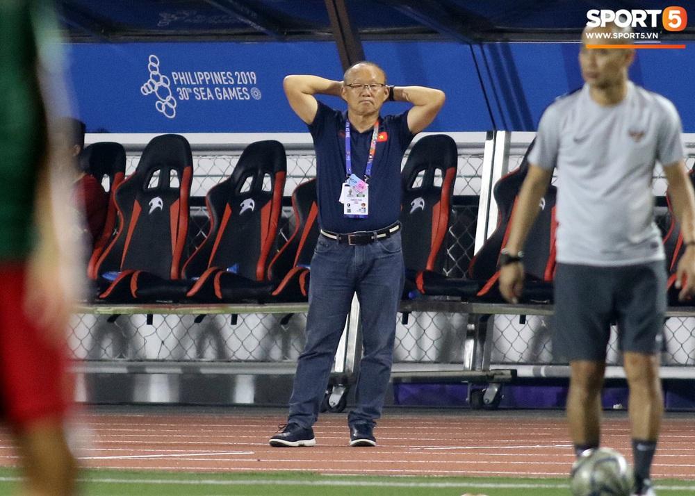 HLV Park Hang-seo cực thần thái khi Văn Hậu ghi bàn mở tỷ số ở trận chung kết SEA Games 30 - Ảnh 8.