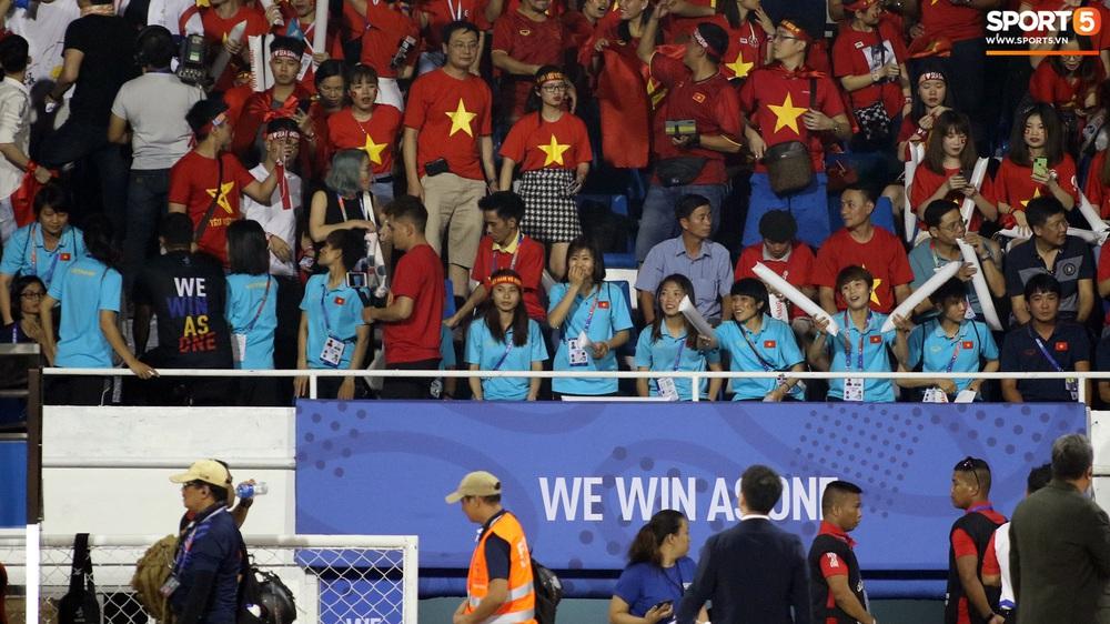 HLV Park Hang-seo cực thần thái khi Văn Hậu ghi bàn mở tỷ số ở trận chung kết SEA Games 30 - Ảnh 10.