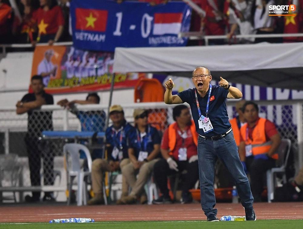 HLV Park Hang-seo cực thần thái khi Văn Hậu ghi bàn mở tỷ số ở trận chung kết SEA Games 30 - Ảnh 4.