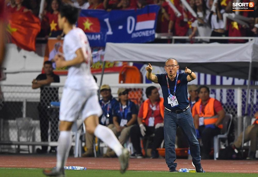 HLV Park Hang-seo cực thần thái khi Văn Hậu ghi bàn mở tỷ số ở trận chung kết SEA Games 30 - Ảnh 5.