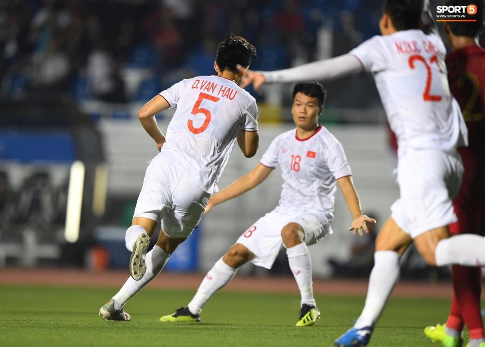 HLV Park Hang-seo cực thần thái khi Văn Hậu ghi bàn mở tỷ số ở trận chung kết SEA Games 30 - Ảnh 2.