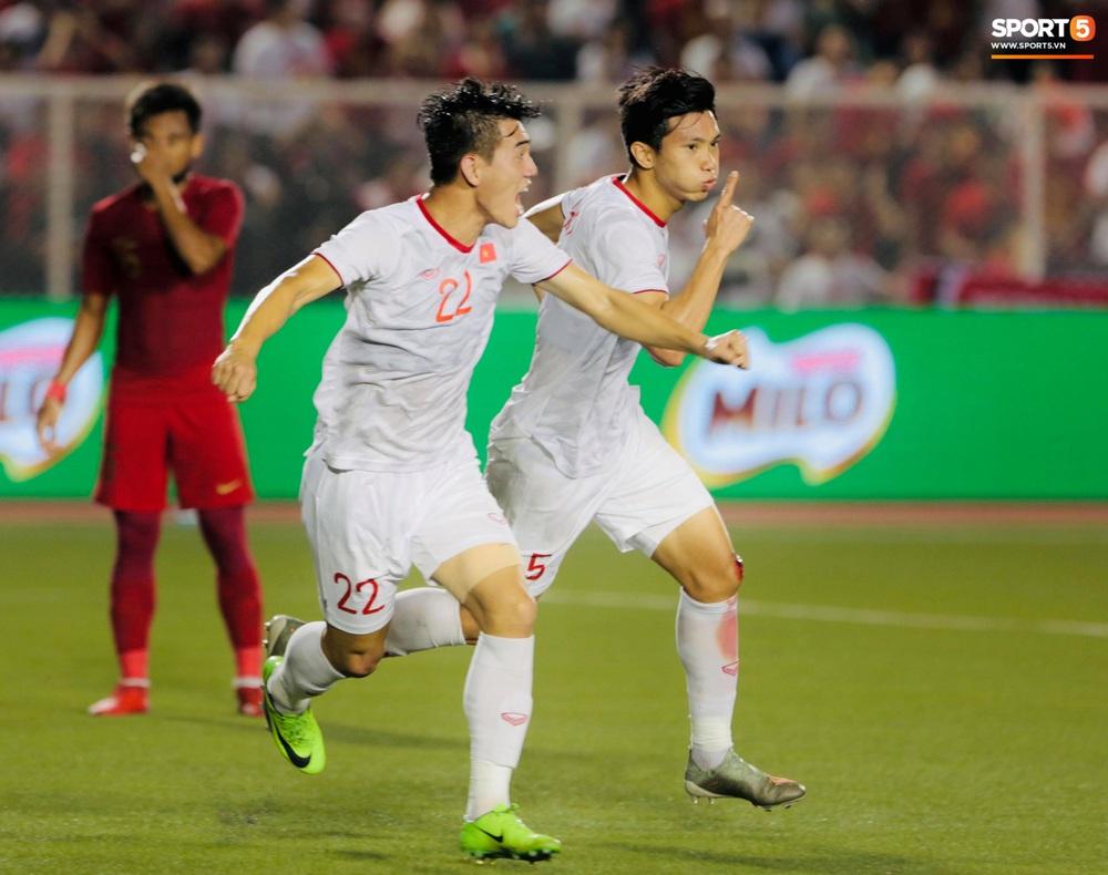 HLV Park Hang-seo cực thần thái khi Văn Hậu ghi bàn mở tỷ số ở trận chung kết SEA Games 30 - Ảnh 3.