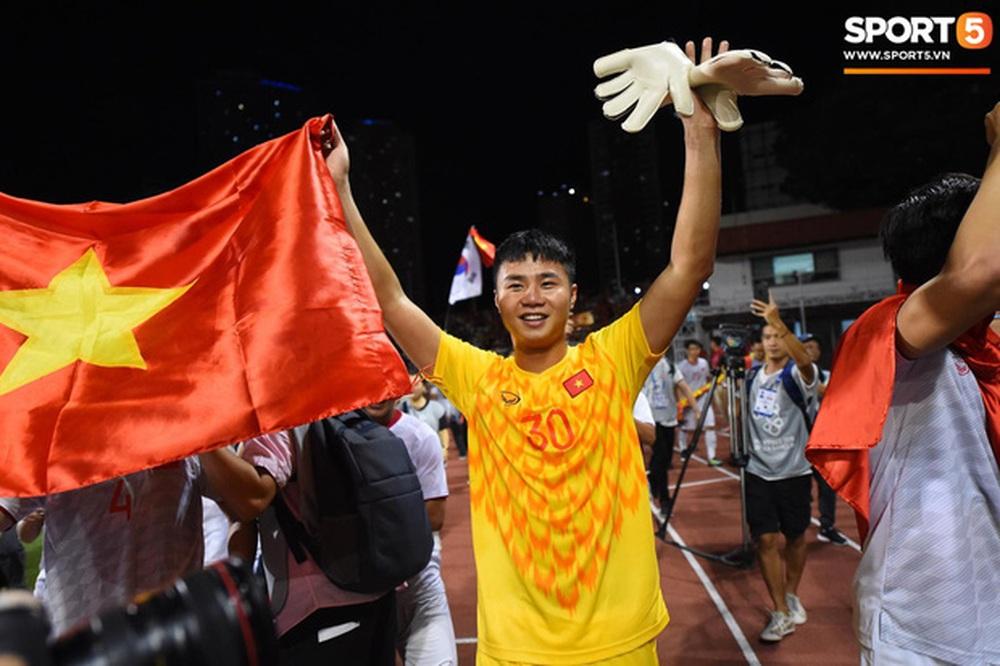 Xúc động hình ảnh bà nội thủ môn Văn Toản lặng lẽ một mình theo dõi cháu trai giành huy chương vàng SEA Games 30 - Ảnh 8.