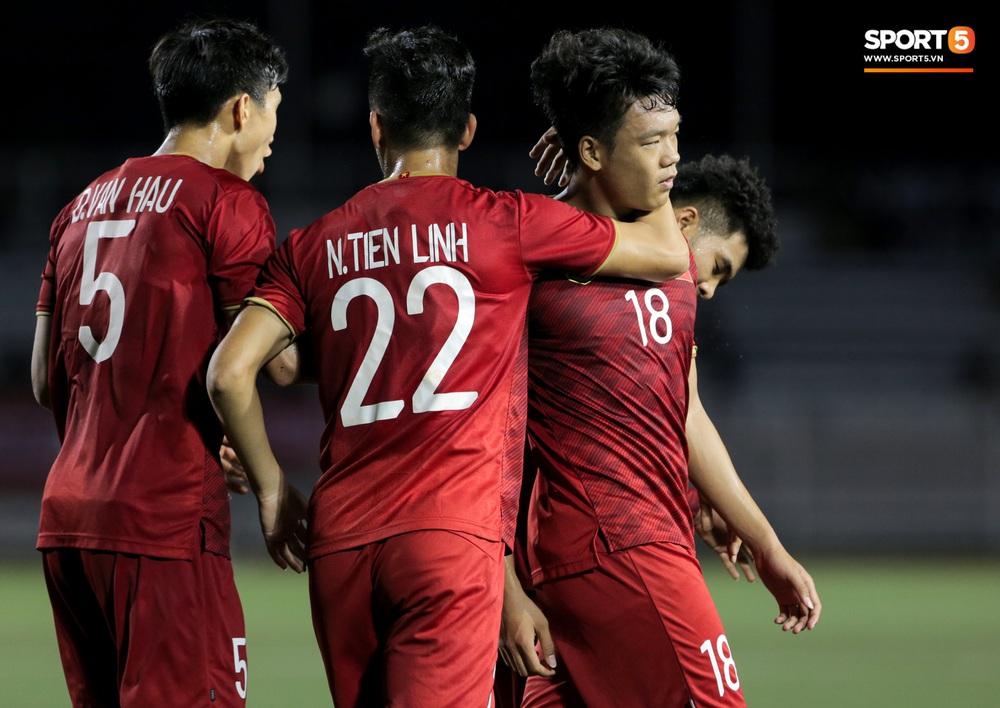 Hình ảnh vừa buồn cười, vừa thương khi bác sĩ của U22 Việt Nam hối hả tiếp nước cho cầu thủ ở trận thắng Indonesia - Ảnh 2.