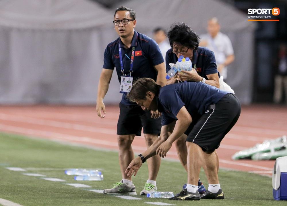 Hình ảnh vừa buồn cười, vừa thương khi bác sĩ của U22 Việt Nam hối hả tiếp nước cho cầu thủ ở trận thắng Indonesia - Ảnh 3.