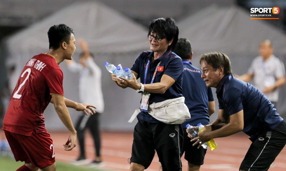 Hình ảnh vừa buồn cười, vừa thương khi bác sĩ của U22 Việt Nam hối hả tiếp nước cho cầu thủ ở trận thắng Indonesia - Ảnh 5.