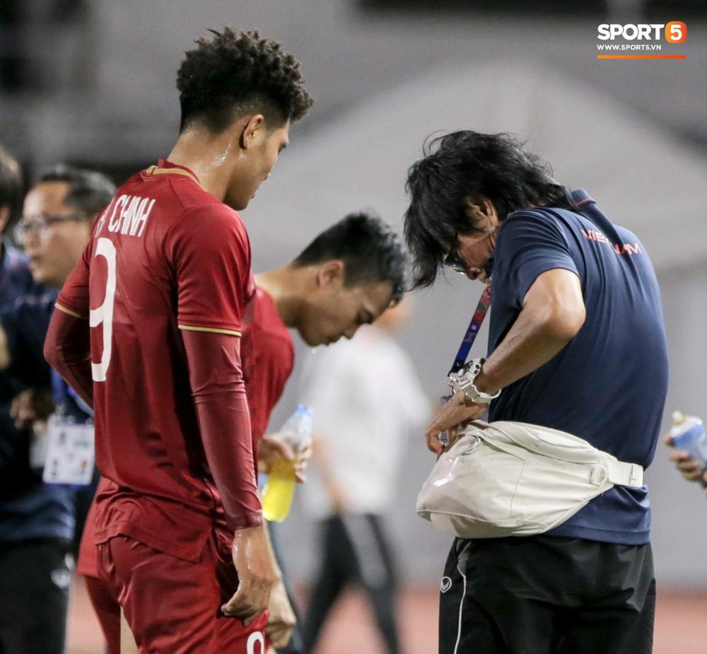 Hình ảnh vừa buồn cười, vừa thương khi bác sĩ của U22 Việt Nam hối hả tiếp nước cho cầu thủ ở trận thắng Indonesia - Ảnh 6.