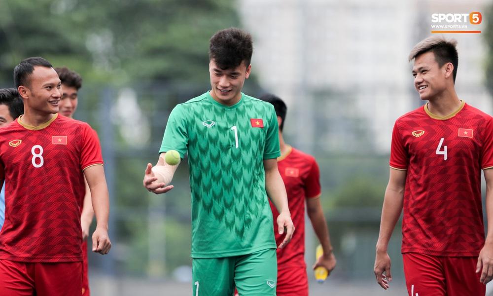 Bùi Tiến Dũng tập với bóng tennis, vẫn bị đồng đội trêu ghẹo trên sân tập sau sai lầm trước U22 Indonesia - Ảnh 4.