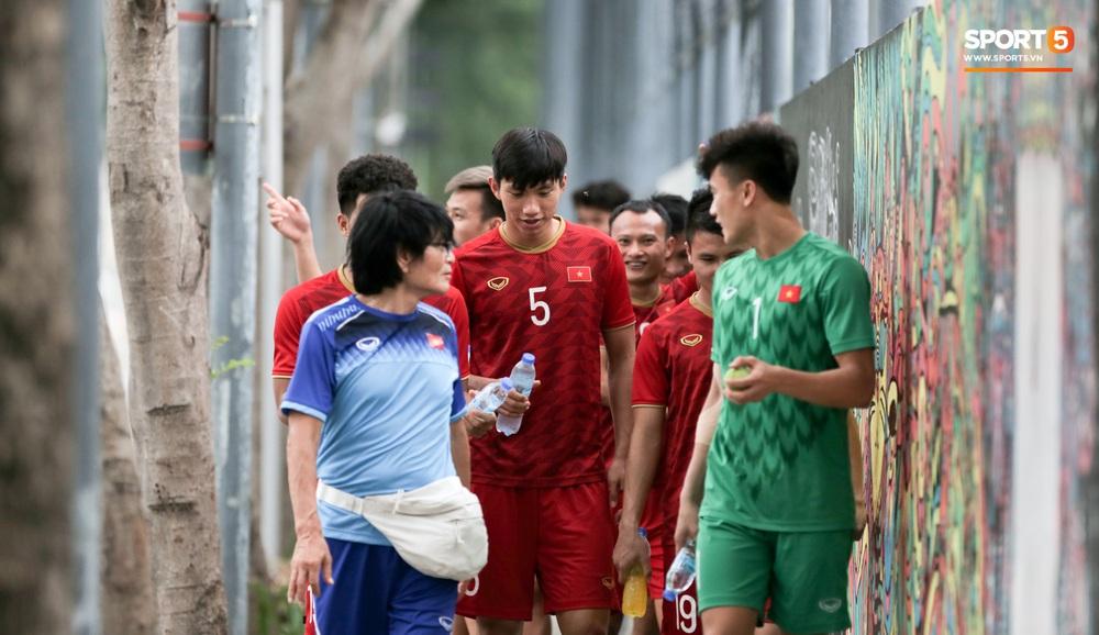 Bác sĩ của U22 Việt Nam cho các cầu thủ đi dạo công viên tại Manila - Ảnh 3.