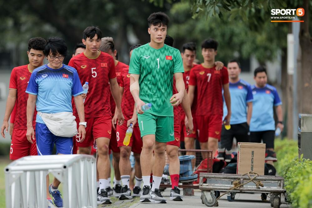 Bác sĩ của U22 Việt Nam cho các cầu thủ đi dạo công viên tại Manila - Ảnh 7.