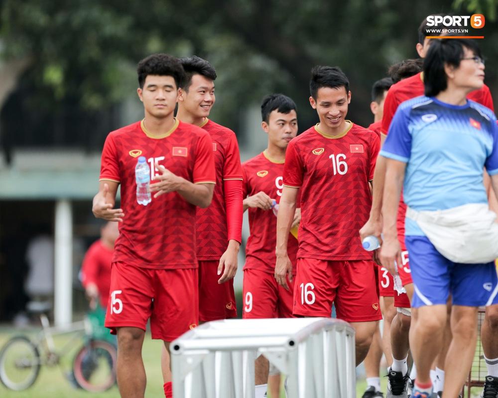 Bác sĩ của U22 Việt Nam cho các cầu thủ đi dạo công viên tại Manila - Ảnh 5.