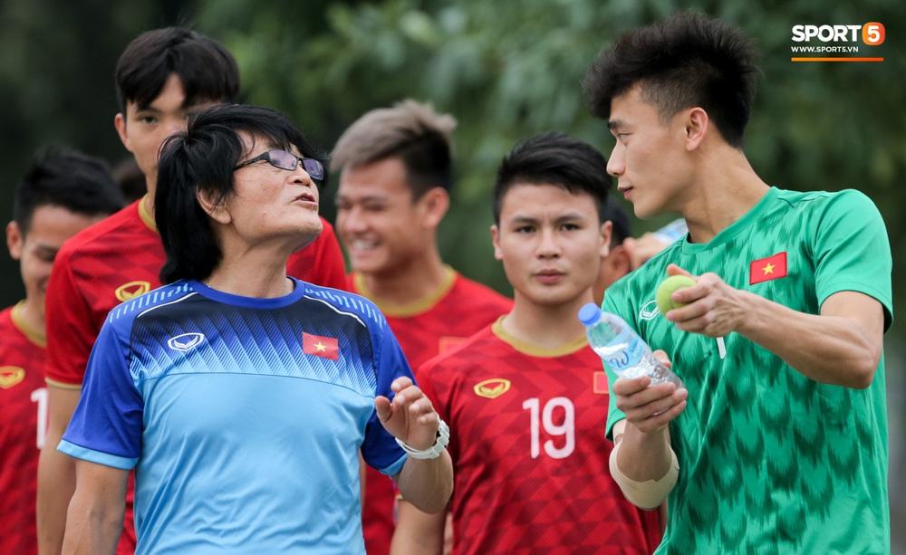 Bùi Tiến Dũng tập với bóng tennis, vẫn bị đồng đội trêu ghẹo trên sân tập sau sai lầm trước U22 Indonesia - Ảnh 6.