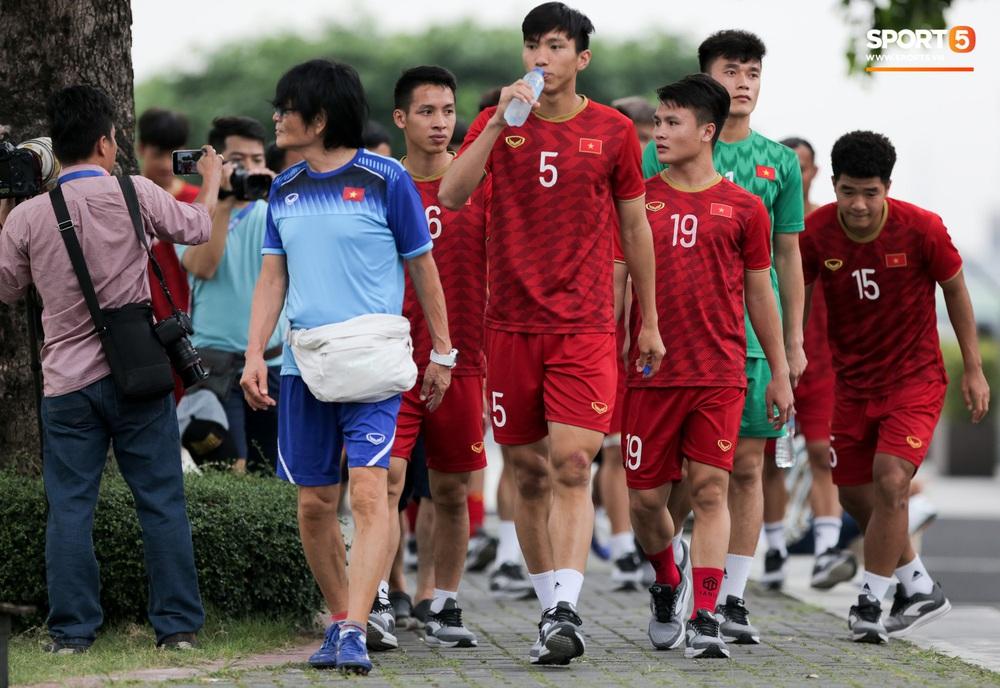 Bác sĩ của U22 Việt Nam cho các cầu thủ đi dạo công viên tại Manila - Ảnh 6.