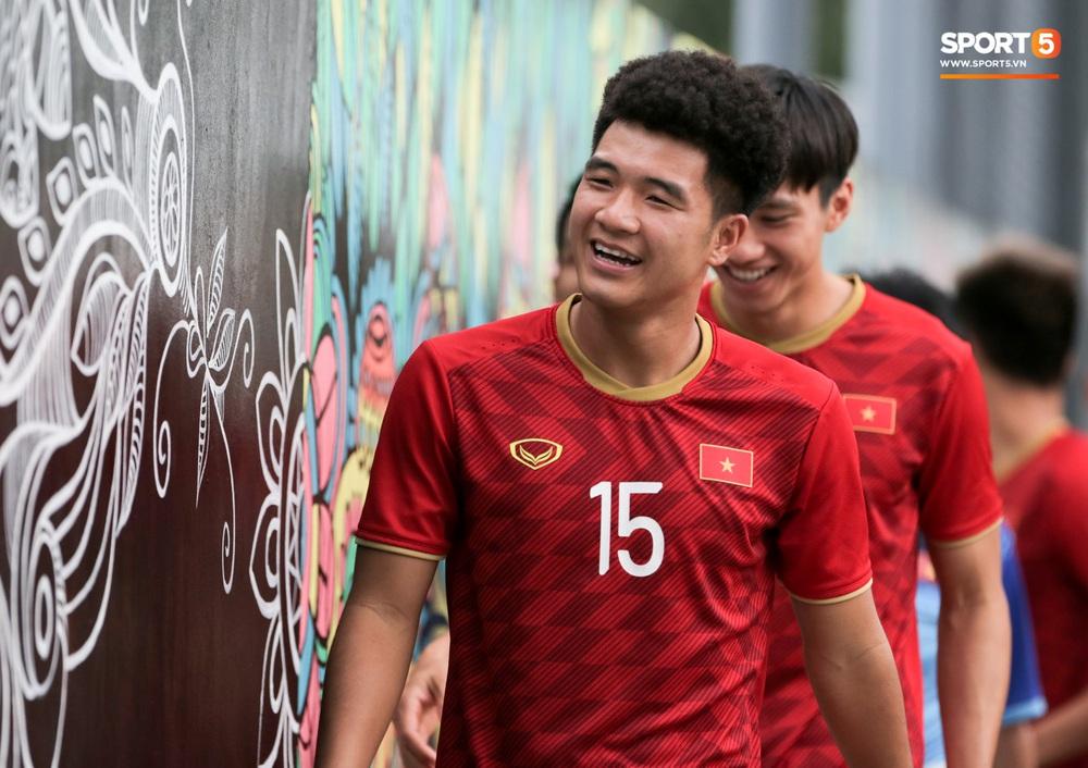 Bác sĩ của U22 Việt Nam cho các cầu thủ đi dạo công viên tại Manila - Ảnh 8.