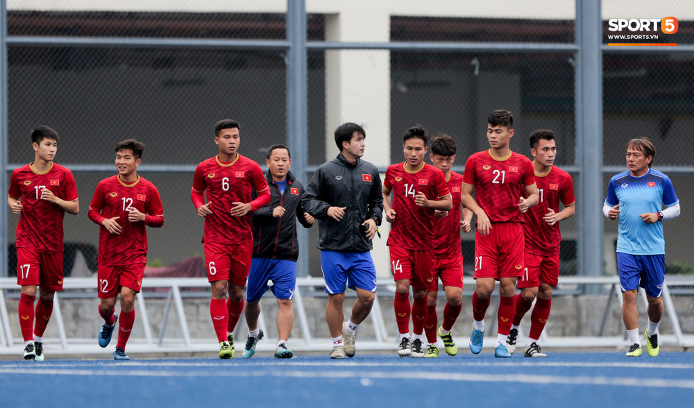 Bác sĩ của U22 Việt Nam cho các cầu thủ đi dạo công viên tại Manila - Ảnh 11.