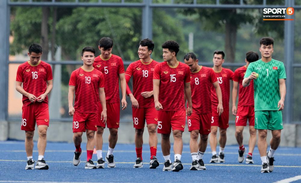Bác sĩ của U22 Việt Nam cho các cầu thủ đi dạo công viên tại Manila - Ảnh 2.