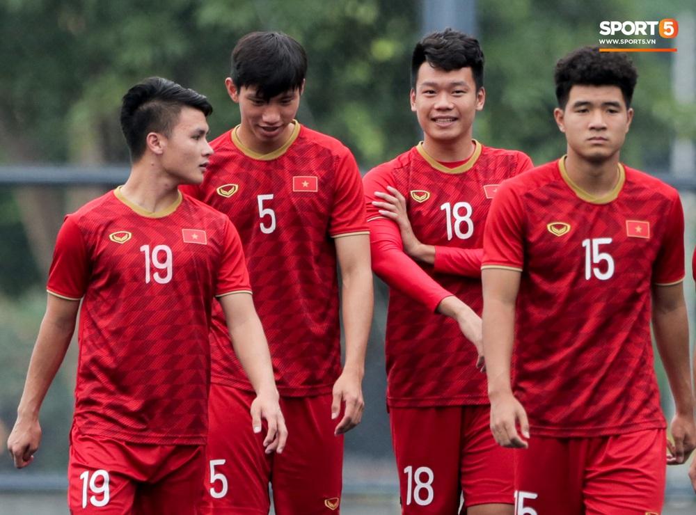Bác sĩ của U22 Việt Nam cho các cầu thủ đi dạo công viên tại Manila - Ảnh 10.