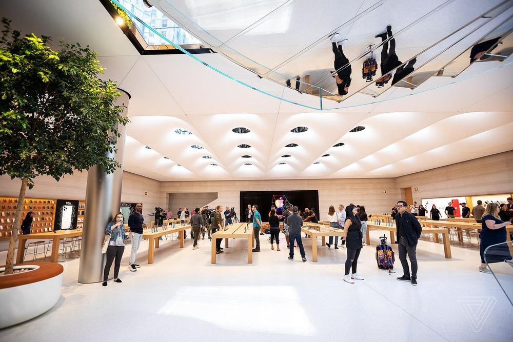 Vẻ đẹp gây nghiện của Apple Store chất nhất thế giới: Kiệt tác dưới lòng đất, hút khách hơn cả tượng Nữ thần Tự do - Ảnh 14.