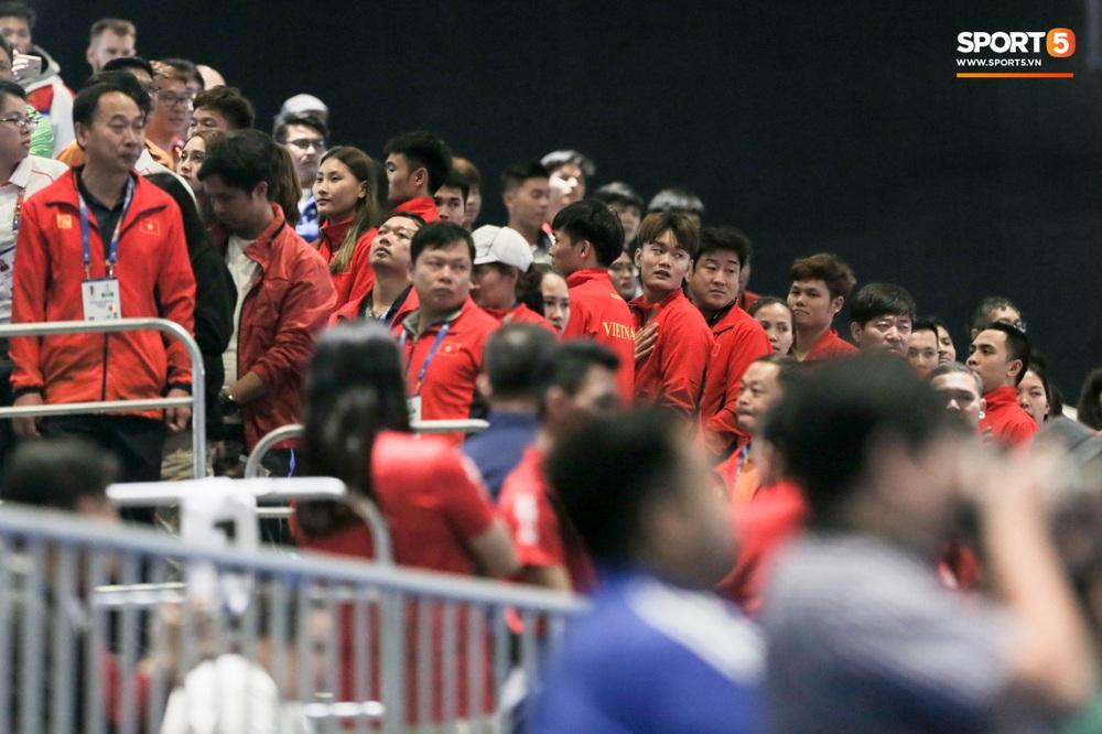 Kiếm thủ Việt Nam ngỡ ngàng khi đối thủ xin dừng trận đấu, hoá ra để làm nghi thức thiêng liêng khiến fan cảm phục - Ảnh 6.