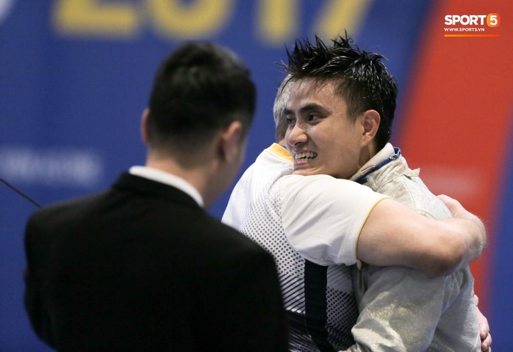 Kiếm thủ Việt Nam ngỡ ngàng khi đối thủ xin dừng trận đấu, hoá ra để làm nghi thức thiêng liêng khiến fan cảm phục - Ảnh 11.
